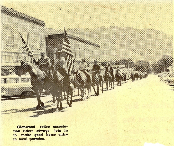 glenwood-rodeo-riders-in-white-salmon-parade