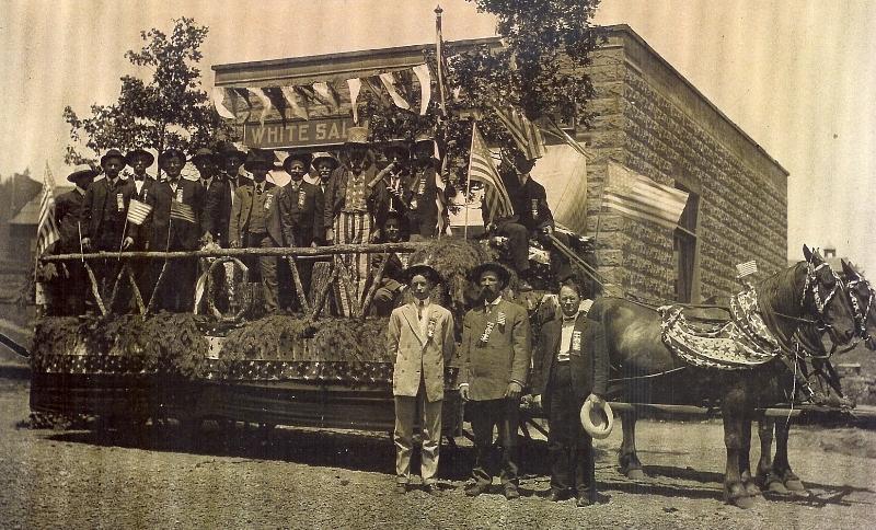 1908 July 4th parade, Woodmen of America float at Jewett & Main