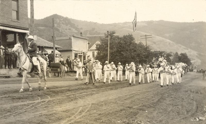 white-salmon-parade-early-1900s